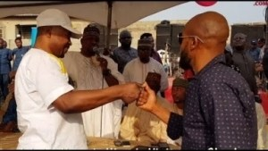 Video: Taye Currency, Mc Oluomo & Others Pay Part Of D N750K Thanksgiving At d Opening Of Muka Ray